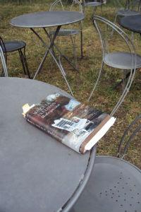 1-bord-med-bok